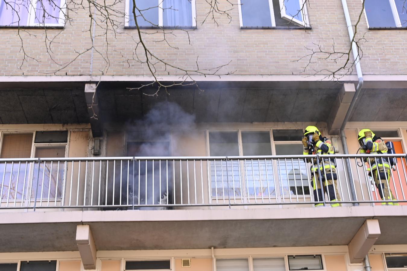 De woning op de tweede verdieping in de Horstacker Nijmegen staat in brand.