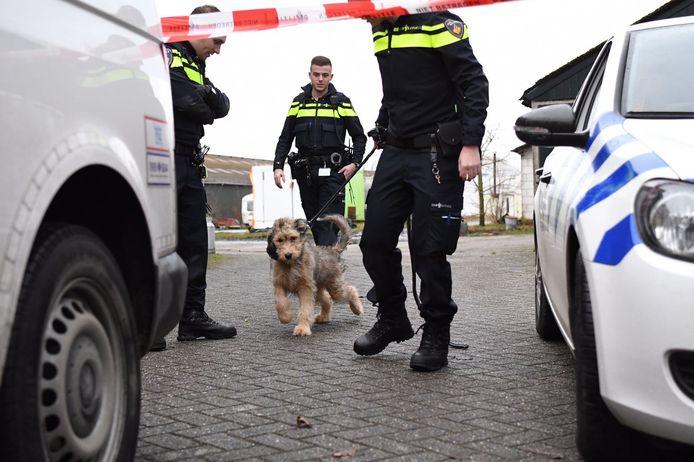 Het specialistenteam onderzoekt het drugslab in Leende