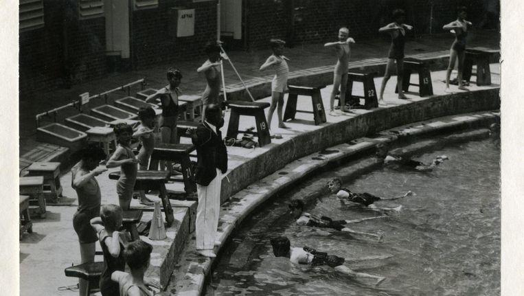 Het Zuiderparkbad in Den Haag in 1941. Twee jaar laters voerden de Duitse bezetters het zwemdiploma in. Beeld anp