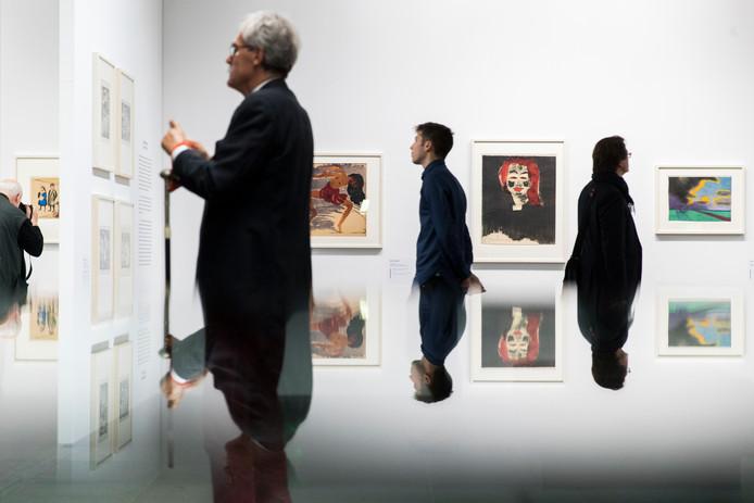 Bezoekers in het kunstmuseum in Bern, waar de collectie is te bewonderen.