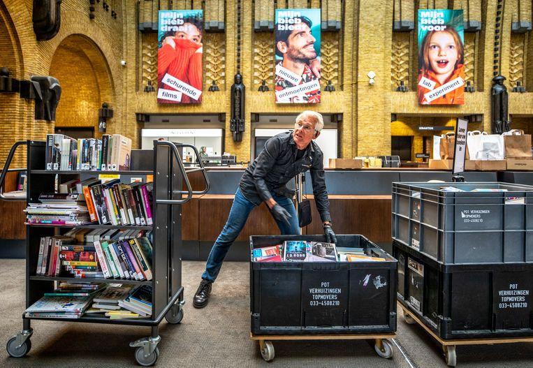 Teruggebrachte boeken worden eerst enige tijd in containers bewaard om besmetting te voorkomen. Beeld Raymond Rutting / de Volkskrant