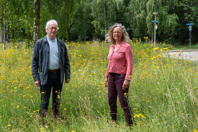 """Tammo ter Hark (links) en Annette Uiterdijk op één van de plekken waar wadi's - greppels voor wateropvang - kunnen komen. ,,Dan heb je direct een waterspeeltuin."""""""