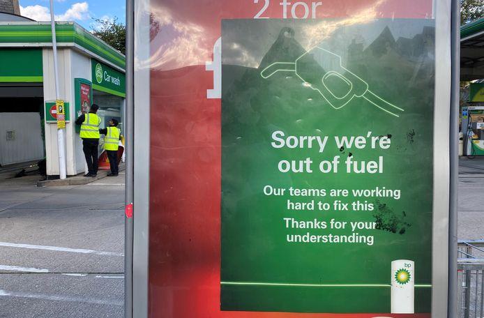 Een tankstation dat geen brandstof meer heeft verontschuldigt zich bij de klanten.