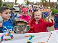 Schoolcarnaval: heel veel Elsa's en kleine kieltjes in optocht door Helvoirt