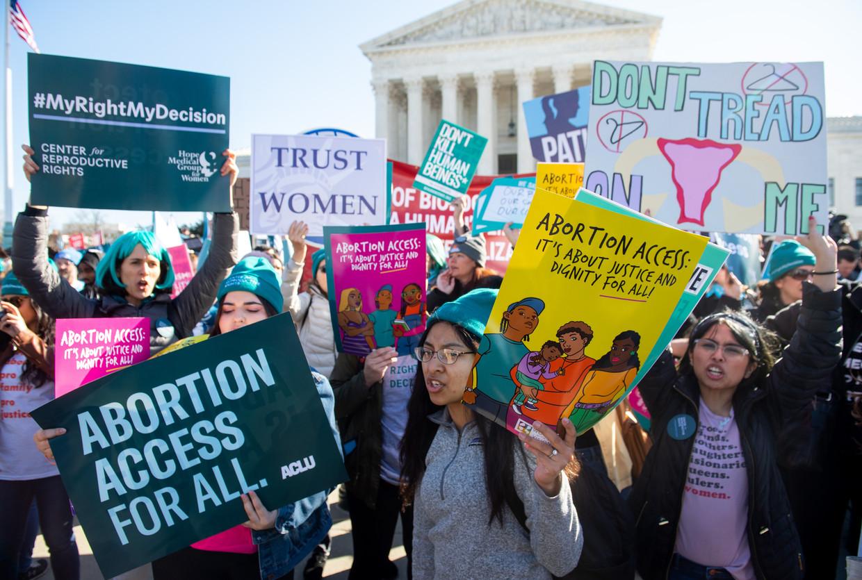 Jonge vrouwen betogen aan het Supreme Court in Washington voor het recht op abortus.  Beeld AFP