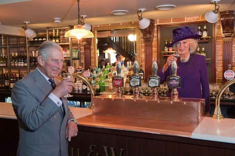 Charles en Camilla in de pub. Beeld afp