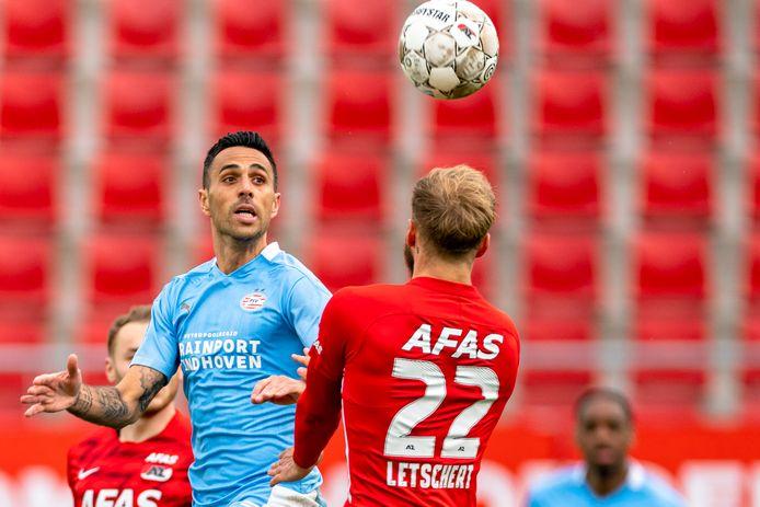 PSV verloor voor de interlandperiode van AZ en moet zondag winnen om op doelsaldo weer voorbij de Alkmaarders te gaan.