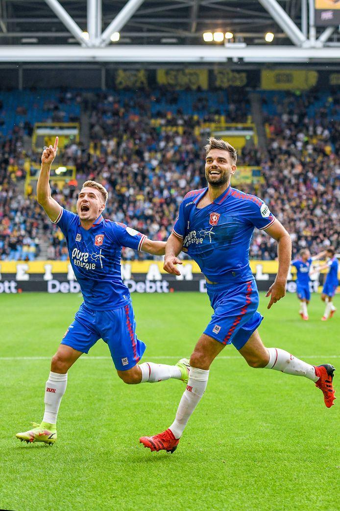 Robin Pröpper (rechts) straalt na zijn tweede doelpunt in het duel met Vitesse.