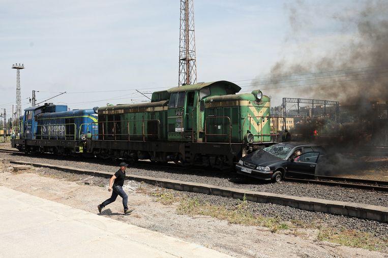 Een simulatie  waarbij een auto door een trein geraakt wordt in Warschau voor een verkeersveiligheidscampagne.