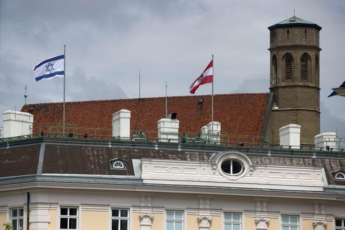 De Israëlische vlag wappert sinds vrijdag naast de Oostenrijkse (en de Europese) aan de federale kanselarij in Wenen.
