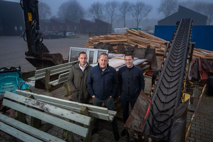 Weever Slopen is een familiebedrijf. Van links naar rechts zoon Bart, vader Bert en zoon Jelle Weever.