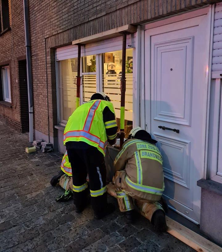 De brandweer zorgde zaterdagavond voor extra verstevigingen aan een aangereden gevel op Impedorp.