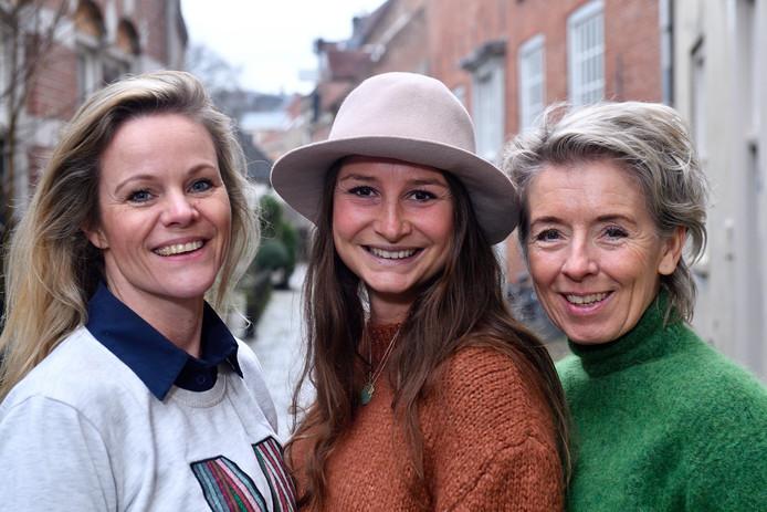 Jorinde Gommans (bruine trui), Miranda van der Velde (witte trui) en Marjan Bouman (groene trui) zijn de dragers van het Yoga Festival in Amersfoort.