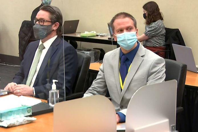 Voormalig agent Derek Chauvin (R) en zijn advocaat Eric Nelson. Het proces tegen Chauvin nadert de ontknoping.