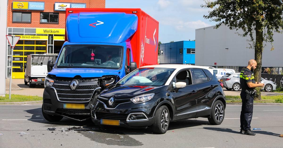 Botsing tussen bedrijfsbus en auto Apeldoorn, bijrijder gewond.