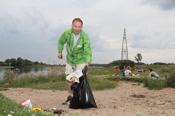CDA'er Martijn Weenink verzamelt rondzwervend afval in de uiterwaarden langs de Rijn bij Wageningen.