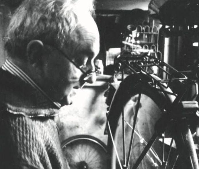 Alphonse Janssens was decennialang een gewaardeerd fietsenmaker in de Heirbrugwijk.