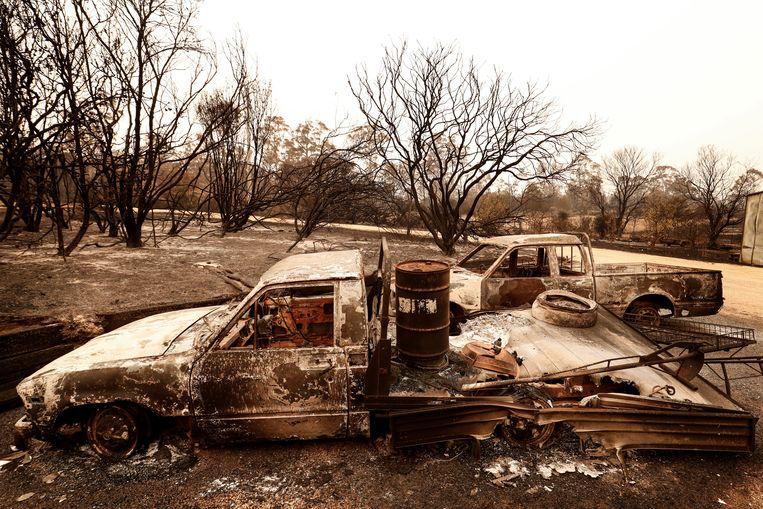 Het vuur verwoest alles, van natuur tot auto's. Beeld Getty Images