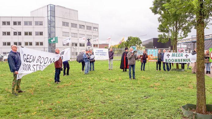 Met name in Arnhem wordt fel gediscussieerd over het fenomeen biomassacentrale. Hier beeld van een protest bij Industriepark Kleefse Waard.