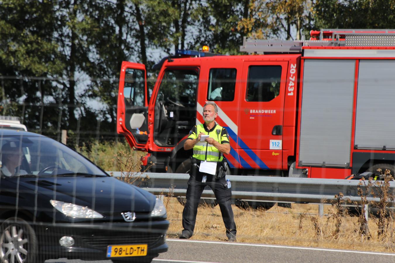 De politie heeft tientallen boetes uitgedeeld voor niet-handsfree bellen bij ongeluk op de A58.