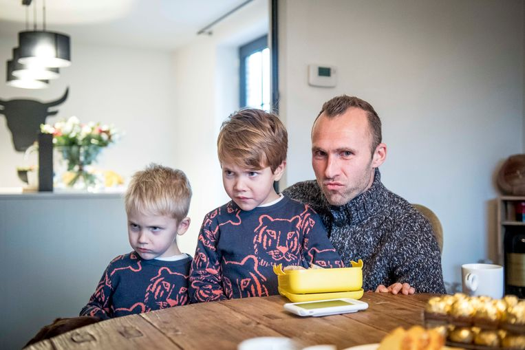 Thomas Buffel  met zijn zoontjes.