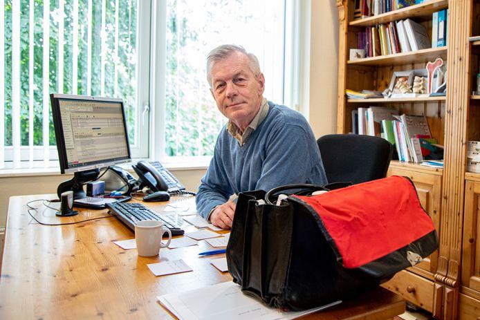Huisarts Gerrit-Jan Harmsen, die met pensioen gaat in zijn praktijkruimte.
