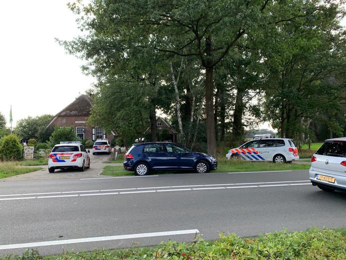 De politie was woensdagmiddag met diverse voertuigen aanwezig op camping De Jonkerhoeve in NIjverdal. Bij de Regge werd de verdachte van een schietincident aangehouden. Hij verbleef op de camping.
