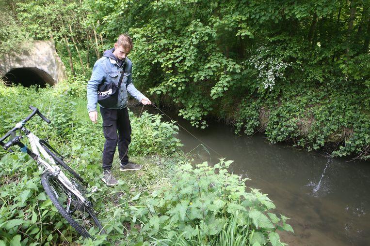 Magneetvisser Bremt Vanermen op de plaats waar hij de obus aantrof