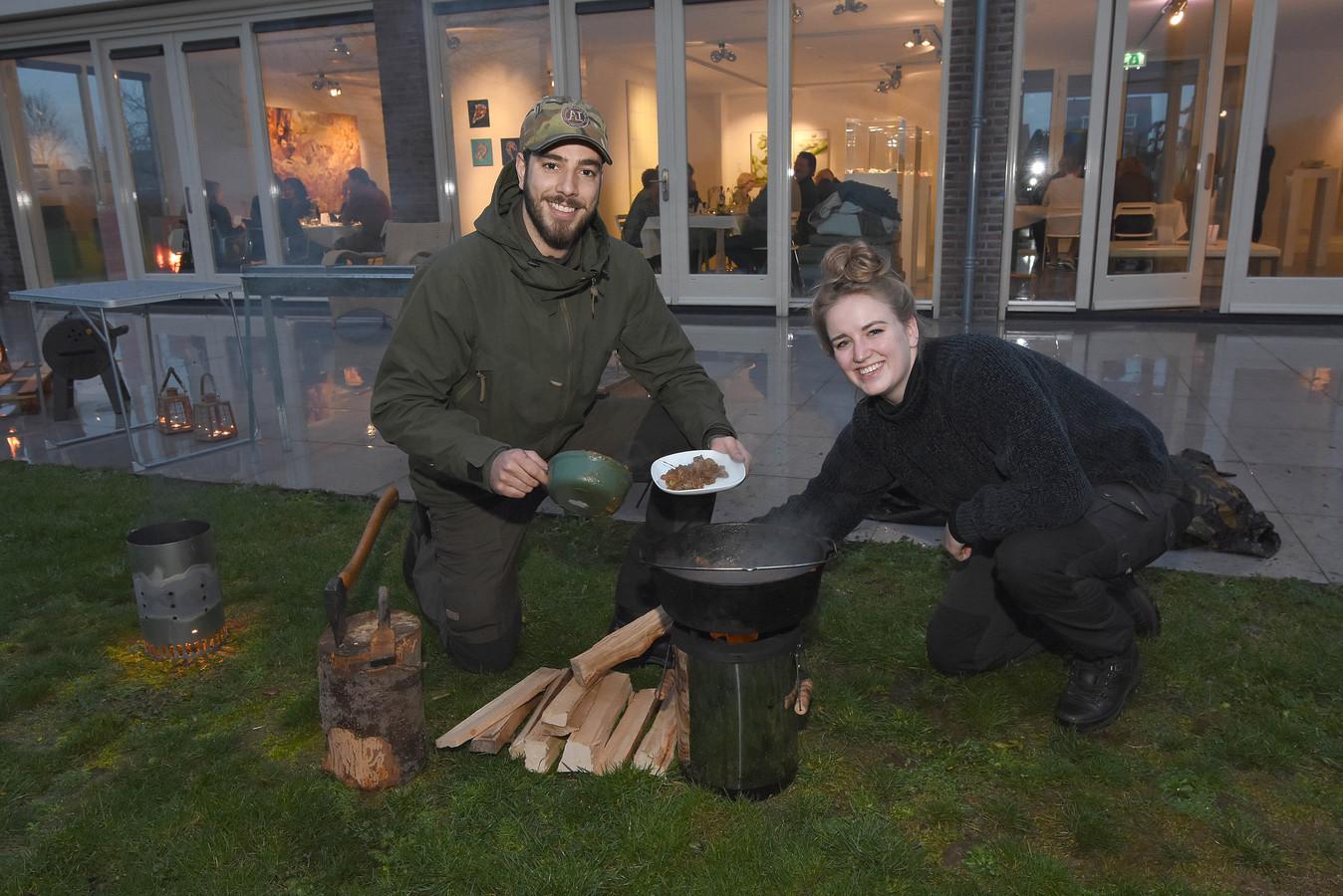 Kunstenares Tyrell Kuipers en haar vriend Joop Cornelis.