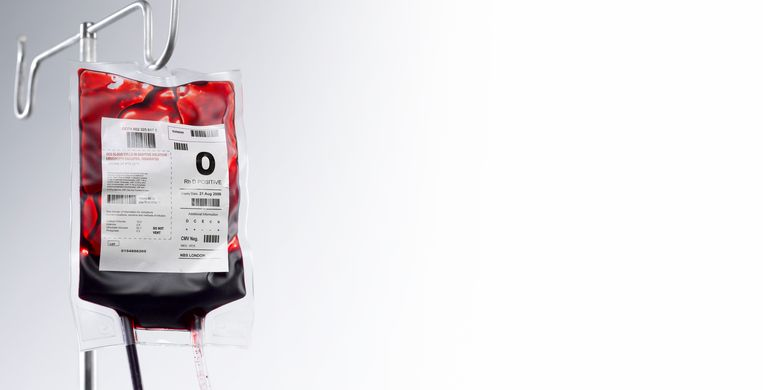 Blood bag hanging  on hospital stand Beeld Getty Images