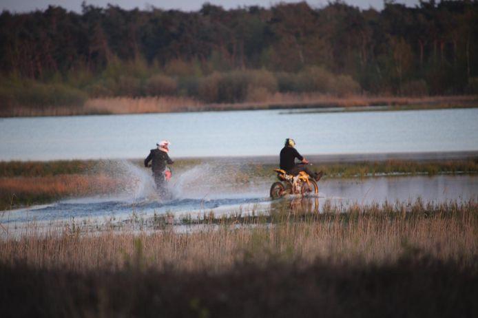 De motorcrossers die op zondagavond door het Beuven in natuurgebied de Strabrechtse Heide reden.