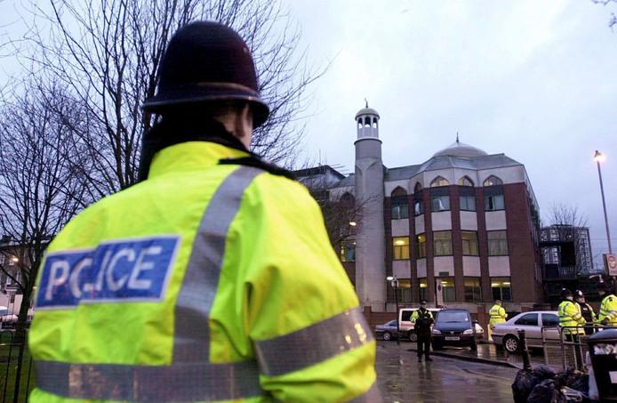 Een politieman bij de moskee in Finsbury Park.