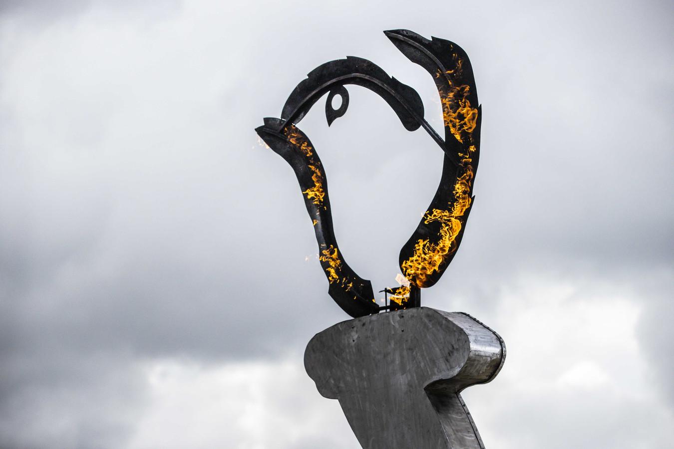 Het logo van Bevrijdingsdag bij de presentatie van de Ambassadeurs van de Vrijheid op de vliegbasis Gilze-Rijen.