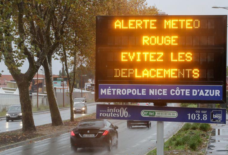 Een waarschuwingsbord naar aanleiding van het stormweer in Nice vandaag. Beeld REUTERS