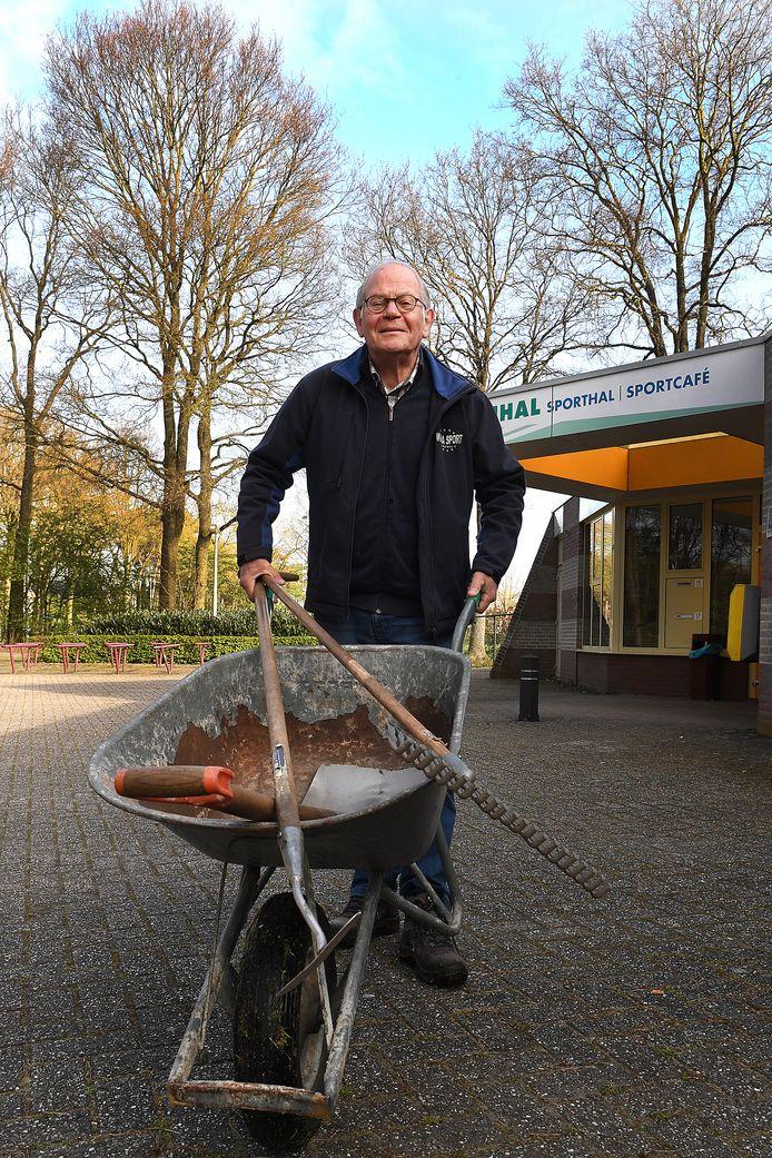 Vrijwilliger Huub van Mil is op heel veel fronten in Overloon actief.