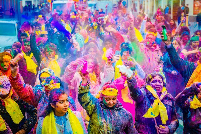Swingen in kleurenpoeder op feestelijk Holi Phagwa   Den Haag   AD.nl