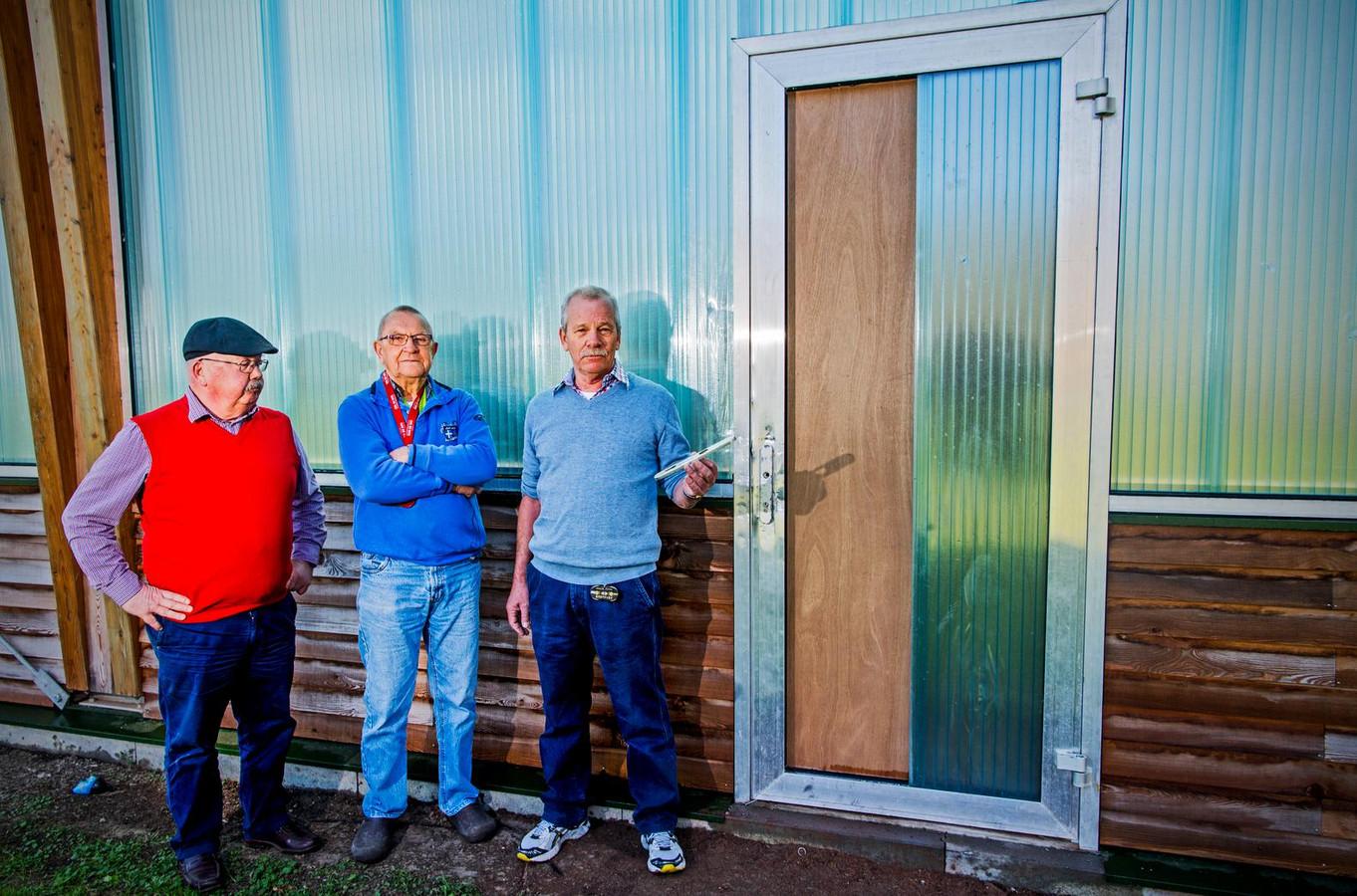 Van Hoey Smith, Van Tienhoven en 't Hart (vlnr) zijn goed ziek van de vernielingen die zijn aangebracht.