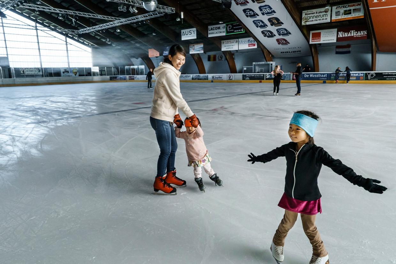 Eriko Omori met haar dochtertje en dat van een vriendin. 'We hebben geen airco in ons appartement. Daarom komen hier naartoe.' Beeld Eric de Mildt