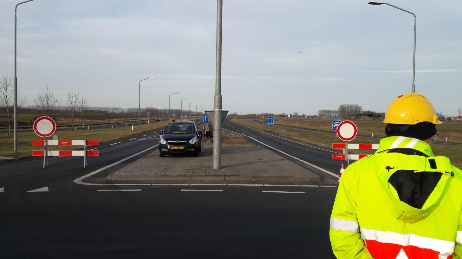 Rijkswaterstaat heeft verkeersregelaars ingezet, zoals hier bij IJzendijke.