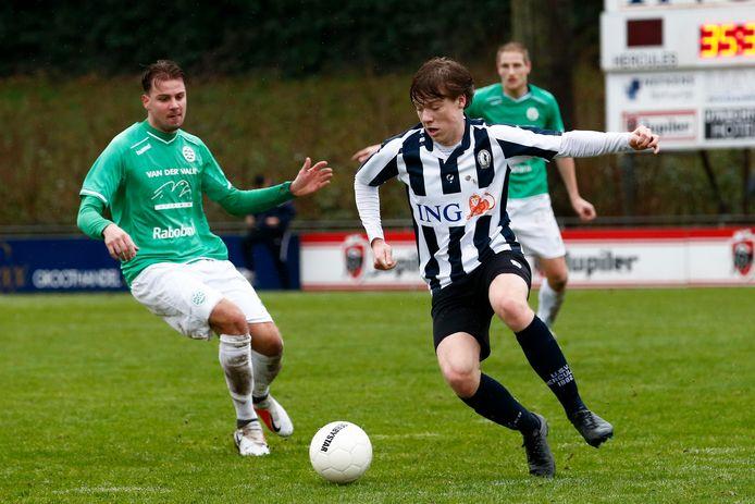 Tim Pieters (rechts) van Hercules aan de bal.