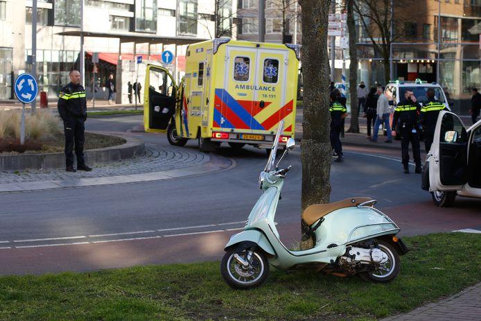 Een scooterrijdster werd ter hoogte van de rotonde op de Spuiboulevard geschept door een bestelbus.