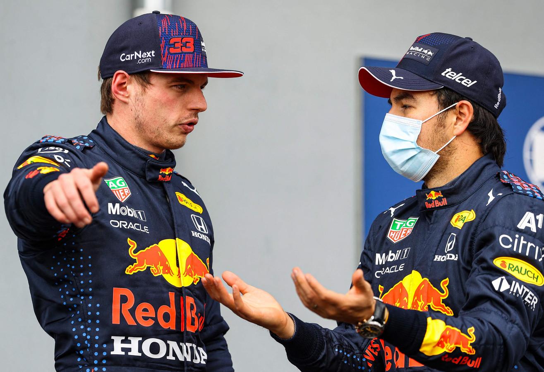Max Verstappen (l) in conclaaf met Sergio Perez na de kwalificatie op Imola.