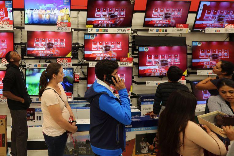 Shoppers in de elektro-afdeling van een winkel uit de Target-keten in het Amerikaanse Culver City, tijdens Black Friday vorig jaar.