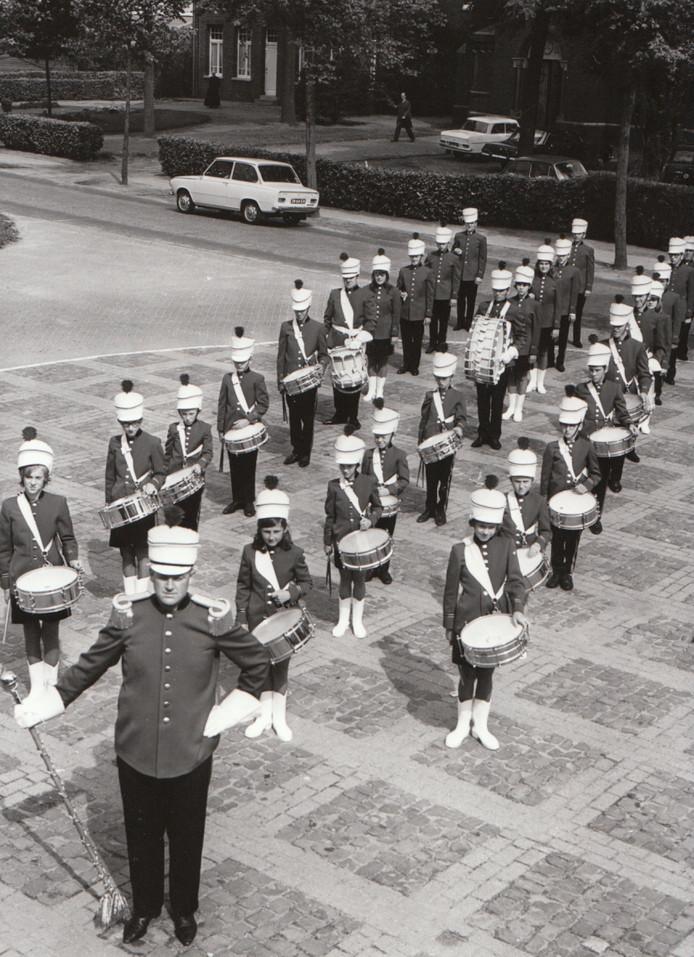 De drumband van Casteren in 1967.