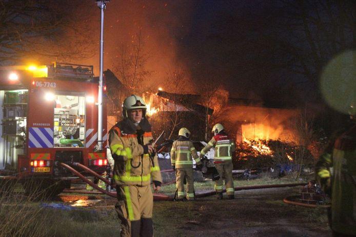 De brandweer houdt de vlammen onder controle.