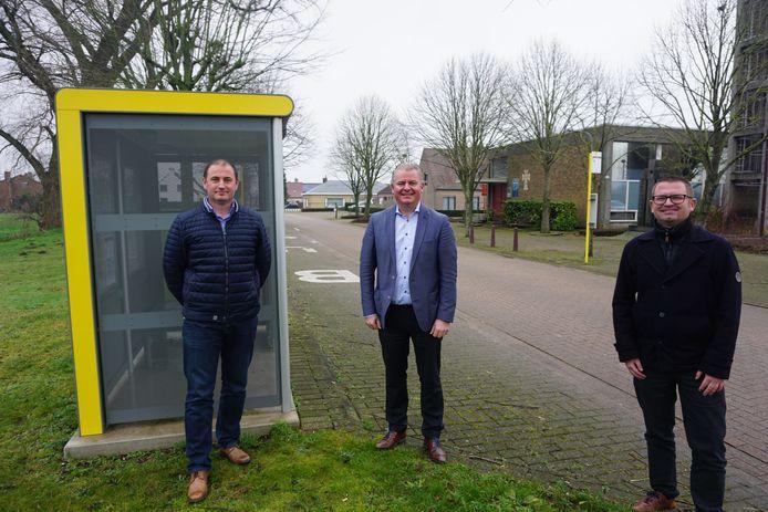 Het stadsbestuur van Oudenburg last een shuttlebusje in ter vervanging van buslijn 22. (vlnr) Schepen Gino Dumon, burgemeester Anthony Dumarey en gemeenteraadsvoorzitter Stefaan Reynaert.