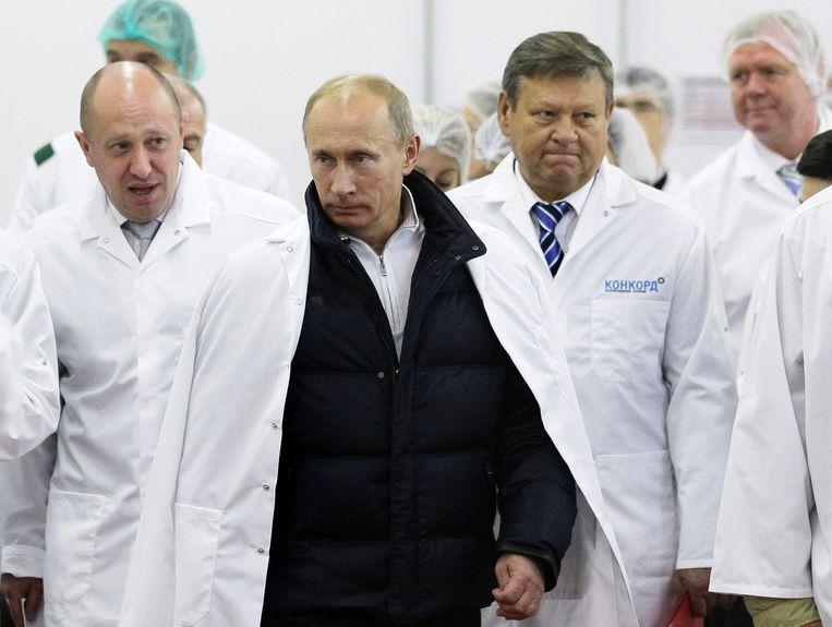 Prigozjin leidt Poetin rond in zijn schoolmaaltijdenfabriek net buiten Sint-Petersburg. Beeld AP