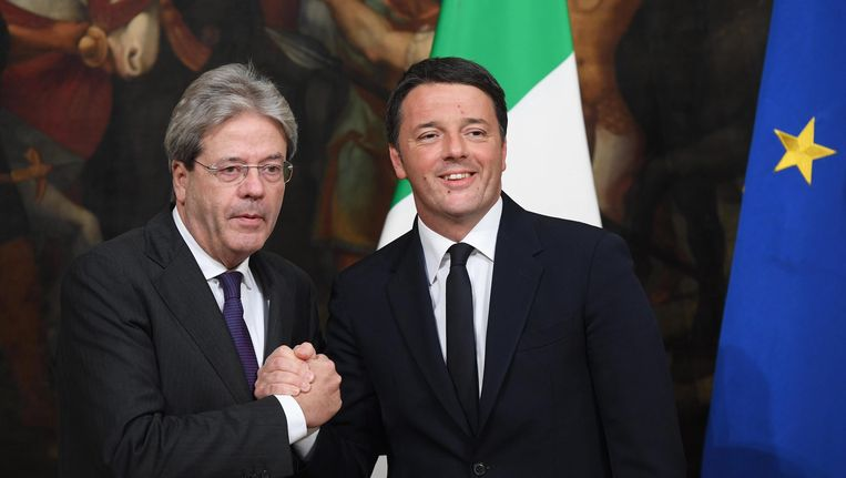 De nieuwe Italiaanse premier Paolo Gentiloni en zijn voorganger Matteo Renzi. Beeld EPA