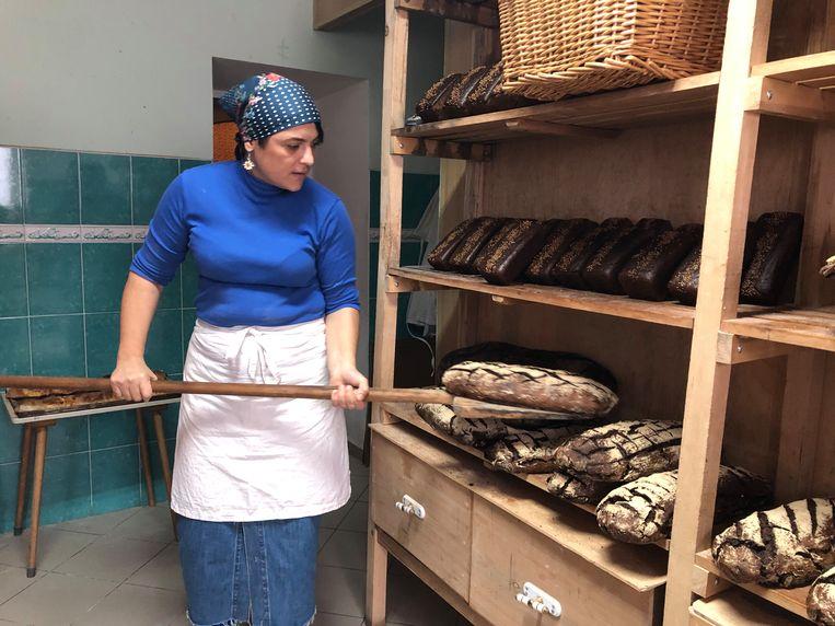 Bakker Natalia Matiescu aan het werk in haar bakkerij in het dorp Capriana. Beeld Michiel Driebergen