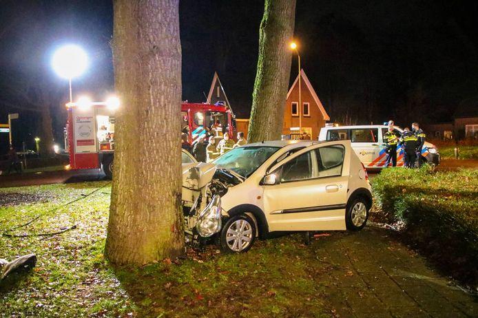 Een automobilist is in Brummen frontaal tegen een boom gereden.